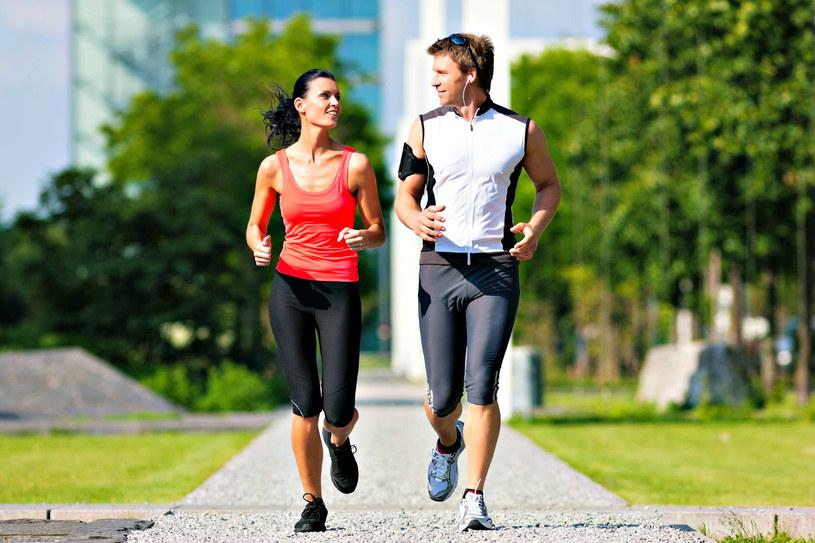 Zamiast do diety lepiej przekonać partnerkę do zdrowego trybu życia /123RF/PICSEL