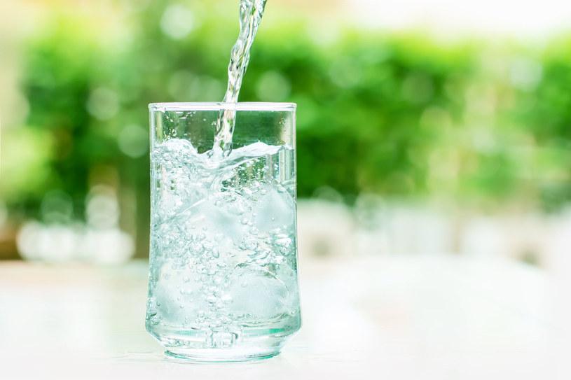 Zamiast dokładki obiadu, skuś się na szklankę wody /123RF/PICSEL