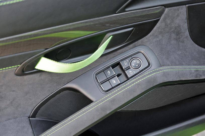 Zamiast klasycznych klamek w GT3 RS do otwierania drzwi służą paski, które nawiązują wprost do samochodów startujących w wyścigach. /Motor