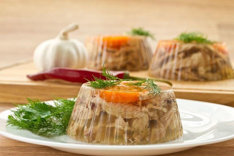 Zamiast kurczaka możesz użyć mięsa indyka. Galareta będzie miała lepszy smak, jeśli wykorzystasz domowy rosół /123RF/PICSEL