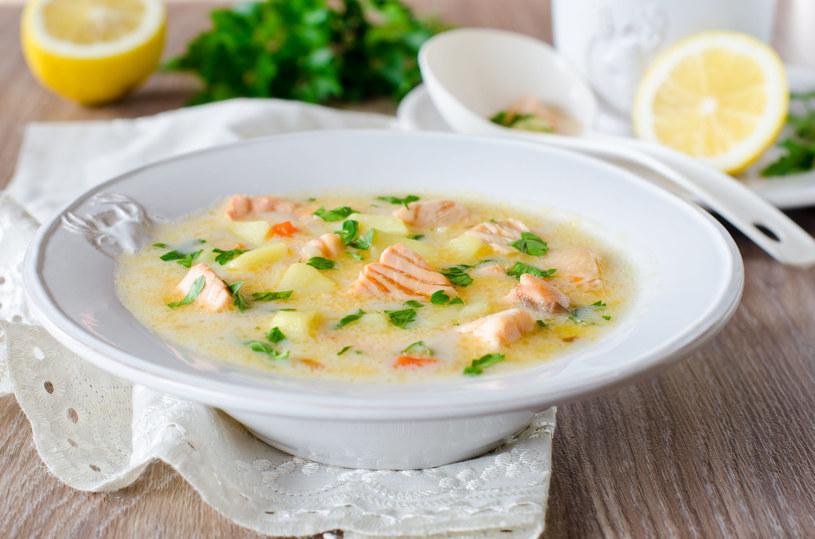 Zamiast łososia możesz do zupy dodać też pokrojoną w kostkę pierś z kurczaka /123RF/PICSEL