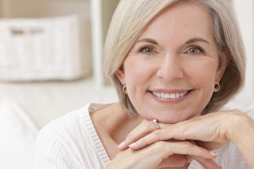 Zamiast martwić się pierwszymi siwymi pasmami, może lepiej pogodzić się z upływem czasu i zainwestować w pielęgnację ciała i twarzy. Tu możemy zrobić dla siebie znacznie więcej /123RF/PICSEL