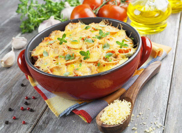Zamiast mozarelli, do posypania zapiekanki możesz użyć żółtego sera /123RF/PICSEL