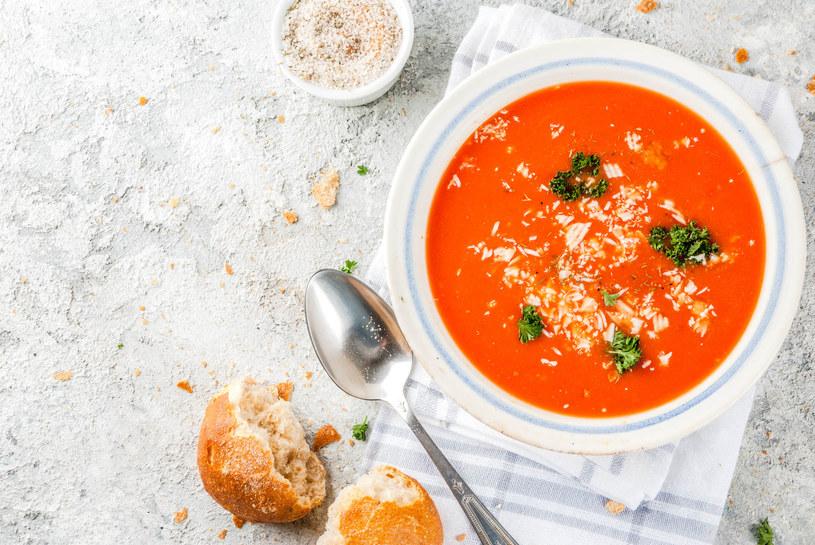 Zamiast obierać pomidory ze skóry, można je pokroić, dusić godzinę, a potem przetrzeć przez sito (zostaną i skórki, i pestki) /123RF/PICSEL