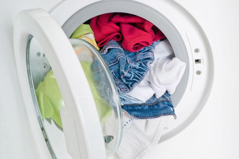 Zamiast proszku użyj kul do prania (plastikowe koszyczki mają we wnętrzu ceramiczne granulki); /123RF/PICSEL