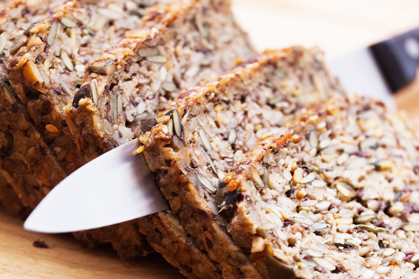 Zamiast pszennej kajzerki, wybierz pieczywo z ziarnami /123RF/PICSEL