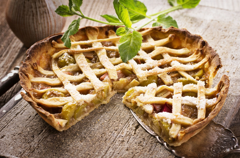 Zamiast robić kratkę, wierzch możesz posypać kruszonką lub ozdobić ciasto płatkami migdałów /123RF/PICSEL
