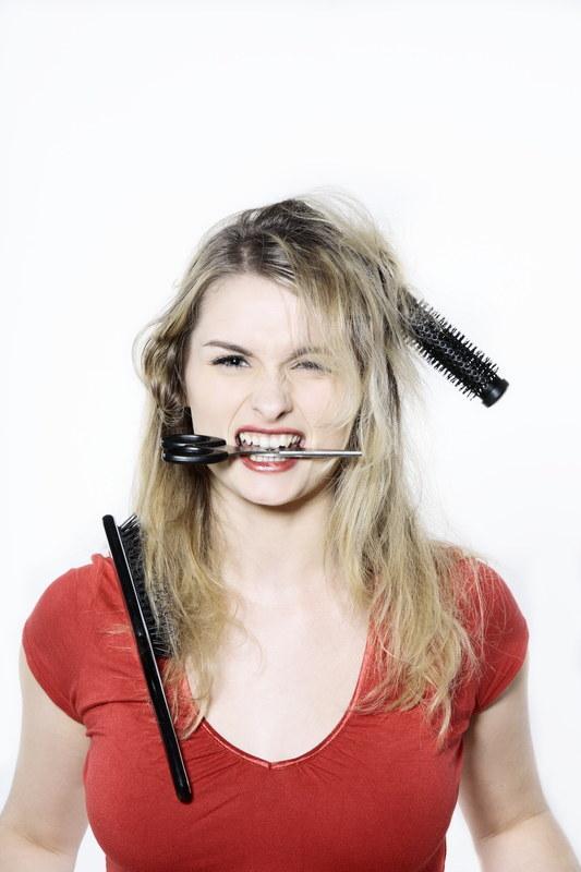 Zamiast się męczyć z wymyślnymi fryzurami, skorzystaj z naszych rad  /© Panthermedia