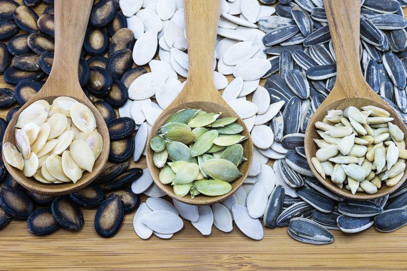 Zamiast sięgać po chipsy, krakersy czy solone orzeszki, dla zdrowia chrup pestki i nasiona /123RF/PICSEL