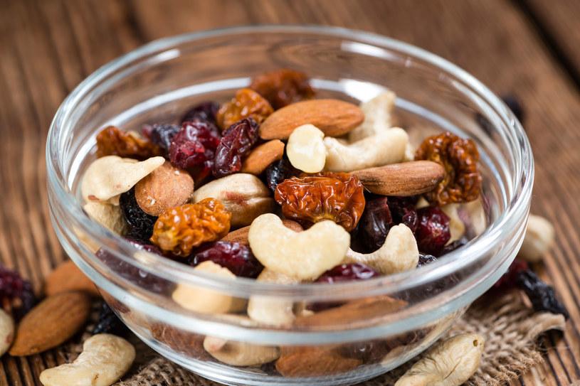 Zamiast sięgać po tuczące przekąski, zjedz garść orzechów czy pestek z dyni /123RF/PICSEL