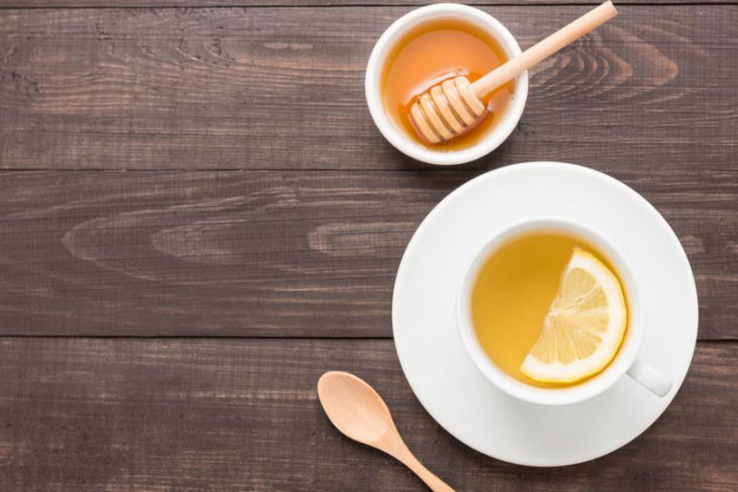Zamiast słodzić herbatę cukrem, możesz dodać do niej odrobinę miodu - będzie zdrowiej /123RF/PICSEL