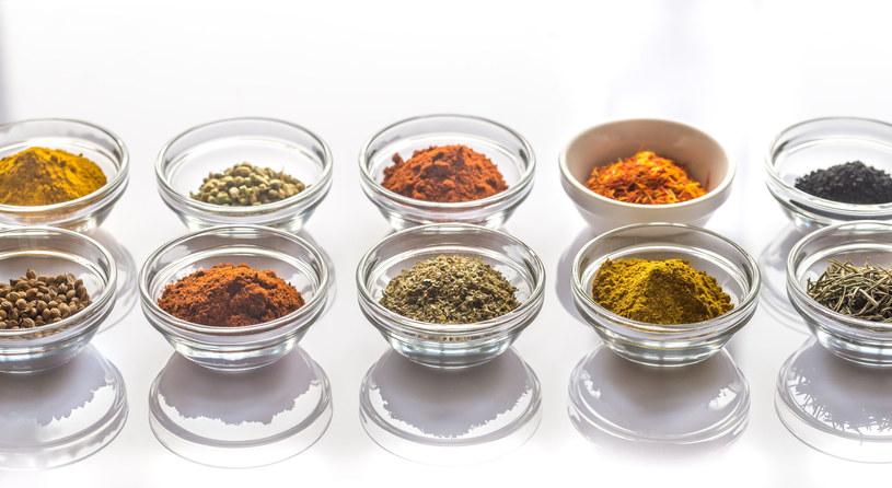 Zamiast solić, dopraw potrawy bazylią, kurkumą, oregano, szałwią, rozmarynem /123RF/PICSEL