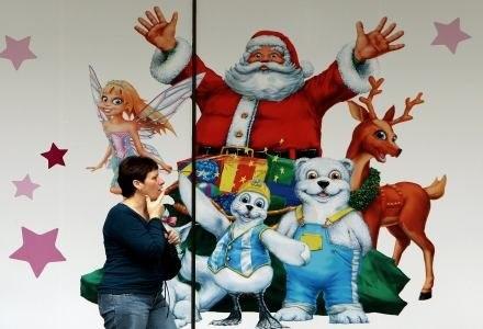 Zamiast symboli religijnych mamy symbole świątecznej konsumpcji. I promocji. /AFP