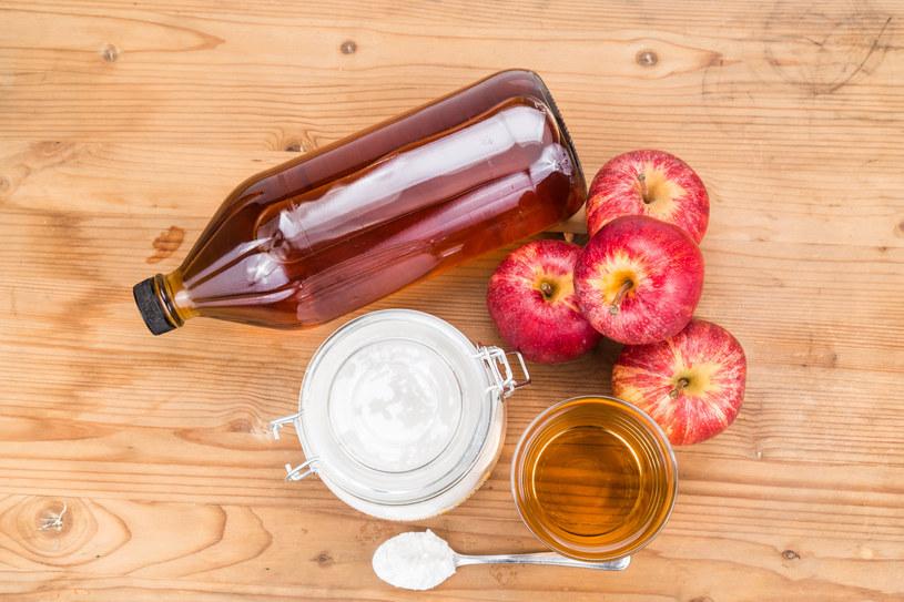 Zamiast szamponu możesz użyć sody i octu jabłkowego /123RF/PICSEL