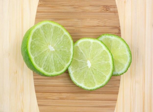 Zamiast w tradycyjnym drinku, limonka w cieście! /123RF/PICSEL