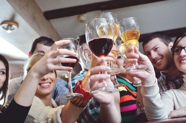Zamiast witania nowego roku na wystawnym balu sylwestrowym wielu Polaków wybiera zabawę na prywatce /©123RF/PICSEL