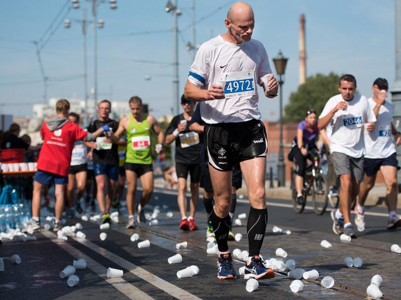 Zamiast wody, maratończyk powinien spożywać napój izotoniczny z sodem i innymi elektrolitami /Piotr Dziurman /East News