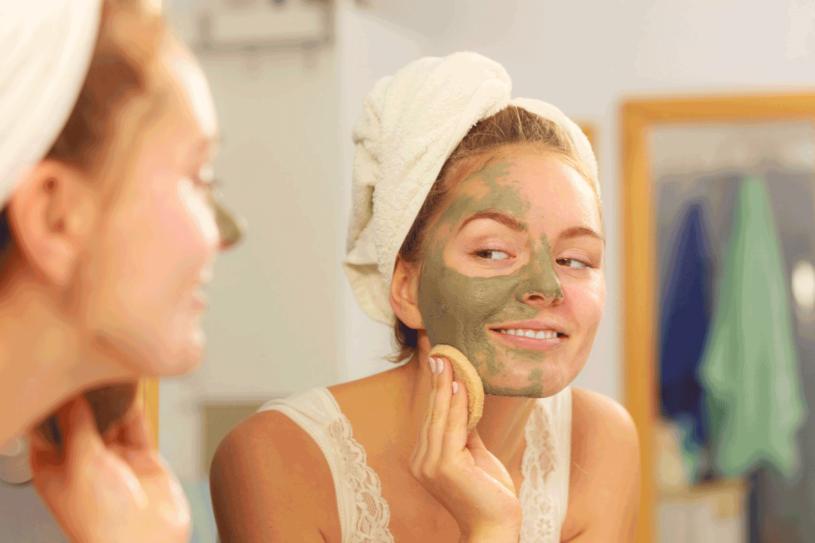 Zamiast zasłaniać twarz ciepłym szalem... zadbaj o nią i sięgnij po skuteczne kosmetyki /123RF/PICSEL