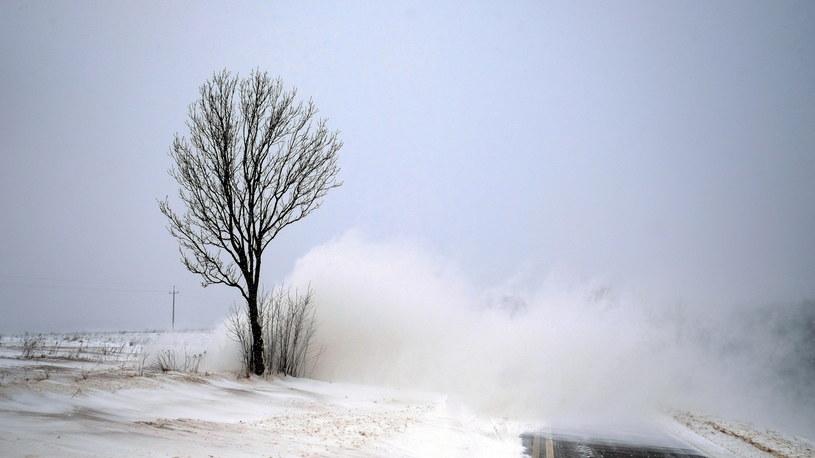 Zamieć śnieżna na drodze wojewódzkiej w Ulanicy /Darek Delmanowicz /PAP