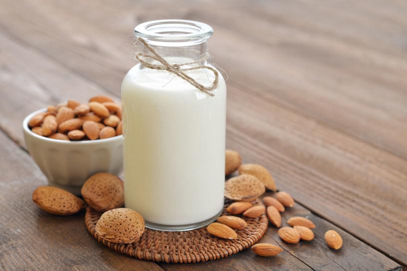 Zamiennikiem krowiego mleka jest np. mleko migdałowe /123RF/PICSEL