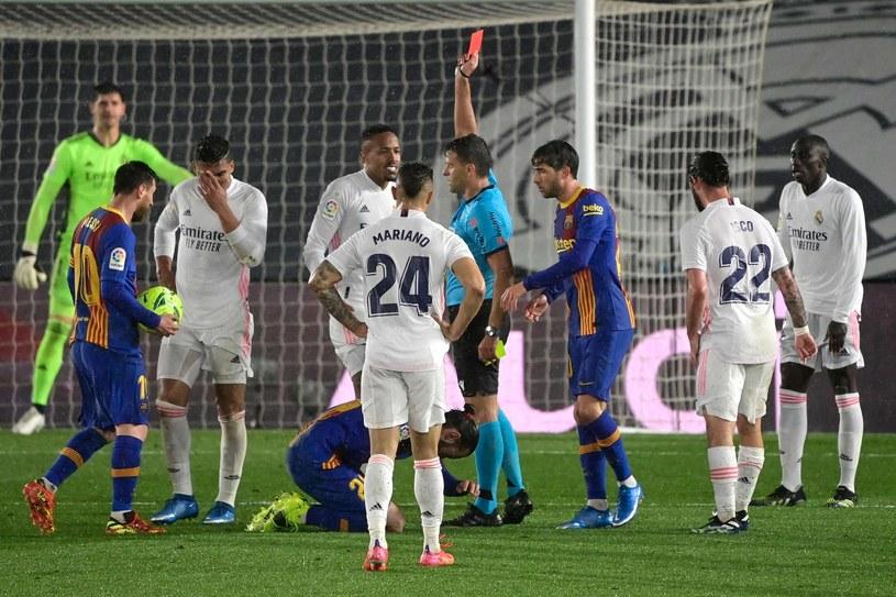 Zamieszanie na murawie podczas meczu Real Madryt - Barcelona /JAVIER SORIANO /AFP