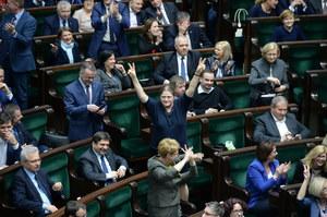 Zamieszanie w Sejmie: Naruszenie dobrych obyczajów czy złamanie prawa?