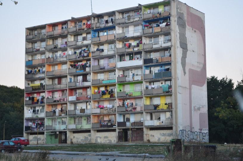 Zamieszkany blok. Większość mieszkań ma dostęp do prądu i wody /