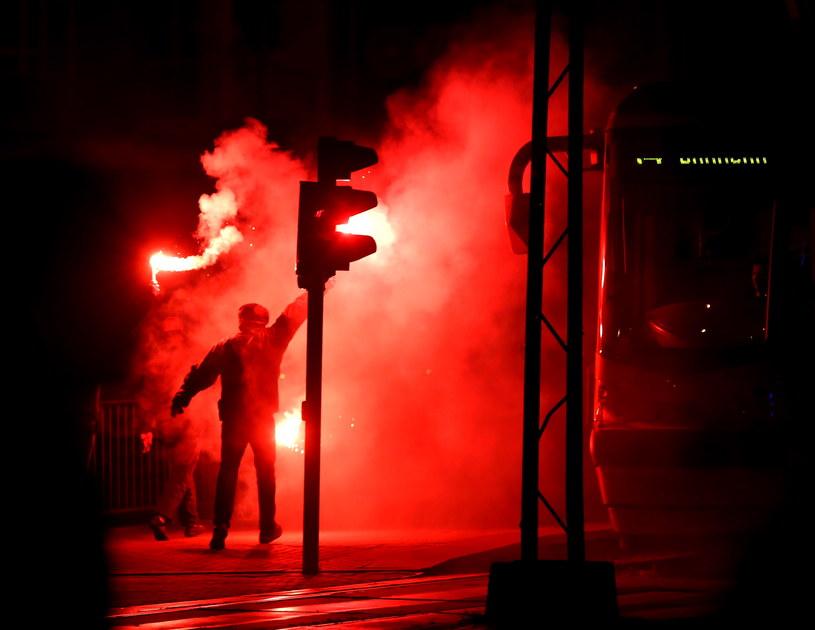 Zamieszki na trasie Marszu Niepodległości na rogu ulicy Puławskiej i Rakowieckiej w Warszawie /Tomasz Gzell /PAP