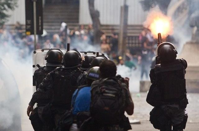 Zamieszki po śmierci dwóch młodych mężczyzn (zdjęcie ilustracyjne) /Antonio Lacerda /PAP/EPA