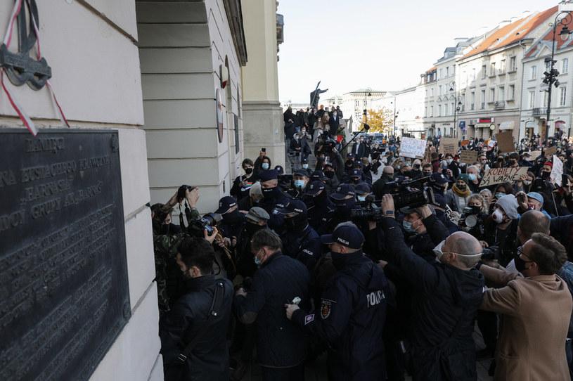 Zamieszki pod kościołem św. Krzyża podczas protestu 'Słowo na Niedzielę', który odbył się w Warszawie 25 października; zdj. ilustracyjne /Agencja FORUM