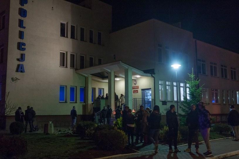 Zamieszki przed komisariatem policji /WOJCIECH ARTYNIEW /Agencja SE/East News