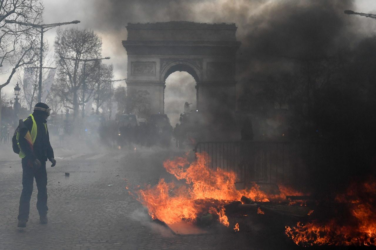 Zamieszki w centrum Paryża. Z trudem uratowano matkę z dzieckiem