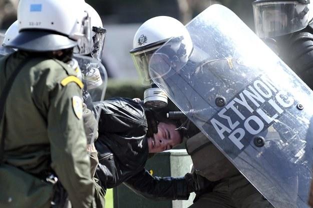 Zamieszki w Grecji. Kraj, który nie jest w stanie uzdrowić budżetu, powinien wystapić ze strefy euro /AFP
