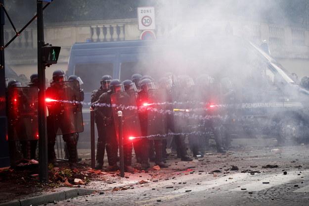 Zamieszki w Paryżu podczas protestu pracowników służby zdrowia /YOAN VALAT  /PAP/EPA