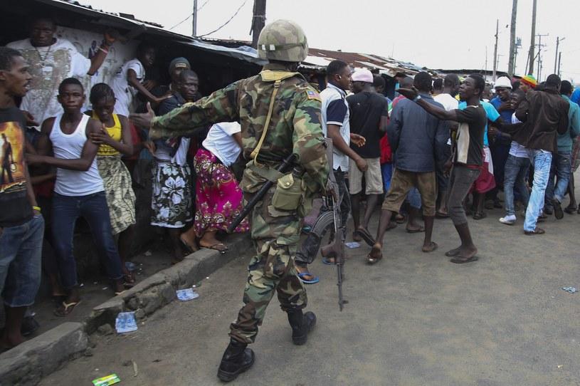 Zamieszki w slumsach Monrowii /AHMED JALLANZO  /PAP/EPA