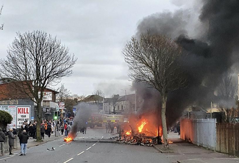 Zamieszki w zachodnim Belfaście. Demonstranci podpalili autobus /AP/Associated Press/East News /East News