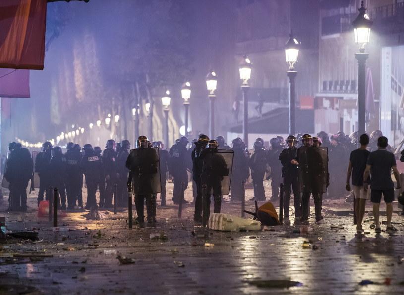 Zamieszki we Francji po niedzielnym finale mistrzostw  świata w piłce nożnej /IAN LANGSDON /PAP/EPA