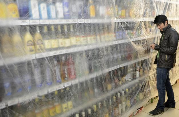 Zamknięte stoisko z wysokoprocentowym alkoholem w jednym ze sklepów w Pradze /PAP/EPA