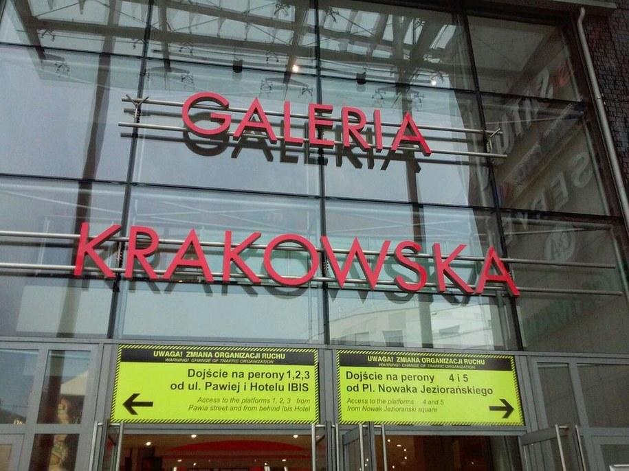 Zamknięte wejście do galerii handlowej przy dworcu /Edyta Bieńczak /RMF FM