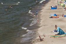 Zamknięto kąpielisko w Gdyni. Ktoś wlał ok. 1000 litrów mazutu do kanału deszczowego
