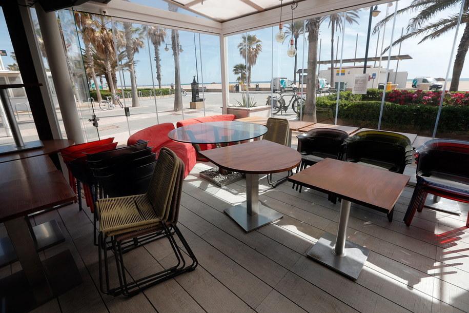 Zamknięty bar przy plaży w Walencji w Hiszpanii /Kai Foersterling /PAP/EPA