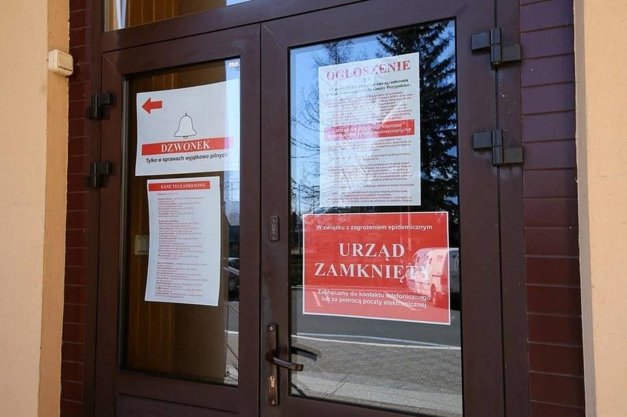 Zamknięty Urząd Gminy w Przygodzicach/ Zdjęcie ilustracyjne /Tomasz Wojtasik /PAP