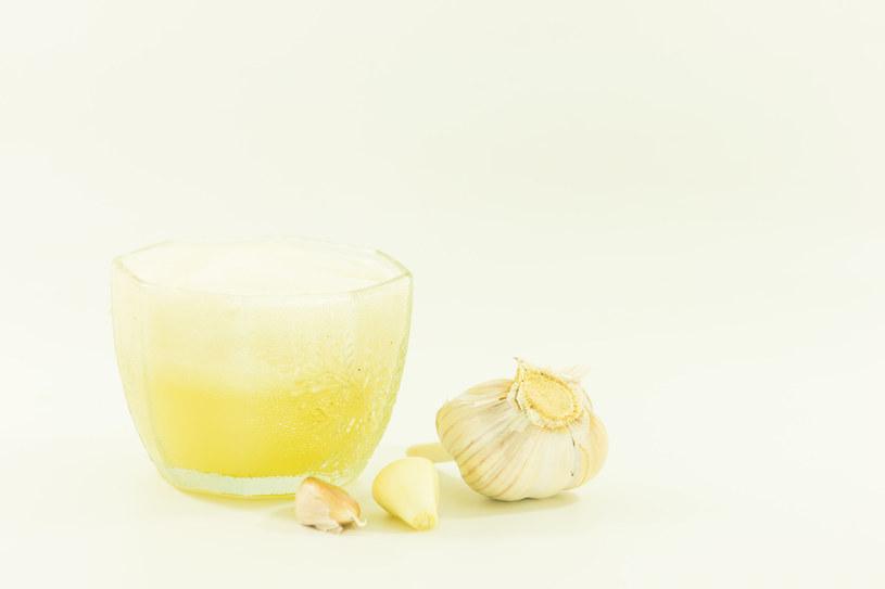 Zamocz patyczek kosmetyczny w soku i smaruj afty kilka razy dziennie /123RF/PICSEL