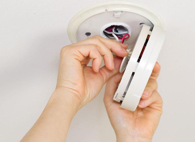 Zamontowanie czujnika to niewielki wydatek, a może uratować życie... /123RF/PICSEL