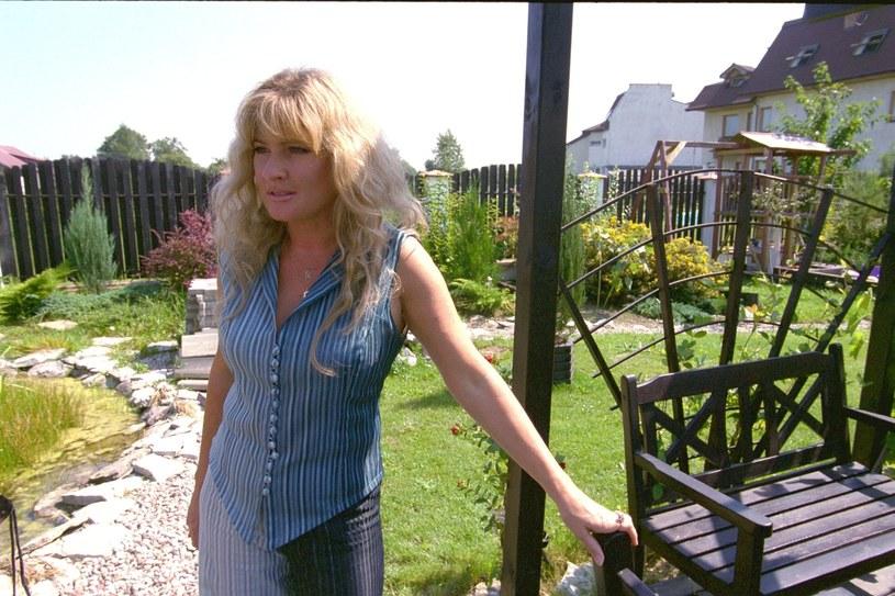 Zamyślona Beata w swoim ogrodzie (2000 r.) /Mirek Noworyta / Agencja SE /East News