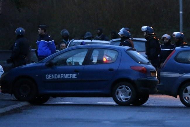 Żandarmeria przed szturmem na drukarnię, w której ukrywali się bracia Kouachi /ETIENNE LAURENT /PAP/EPA