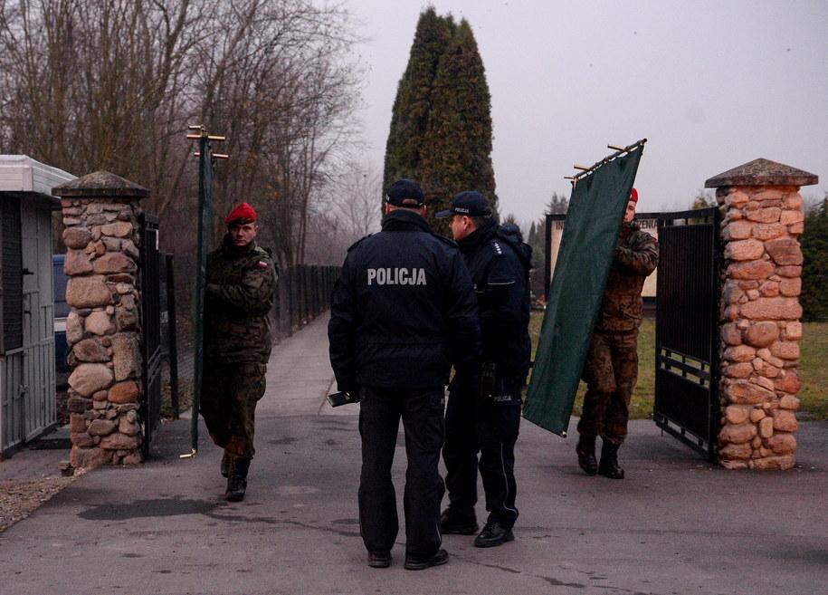 Żandarmeria wojskowa i policja przed cmentarzem parafialnym warszawskiej parafii pw. św. Zofii Barat /Marcin Obara /PAP