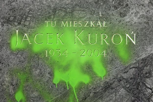 Zanieczyszczona farbą tablica pamiątkowa poświęcona Jackowi Kuroniowi / fot. Tomasz Gzell /PAP