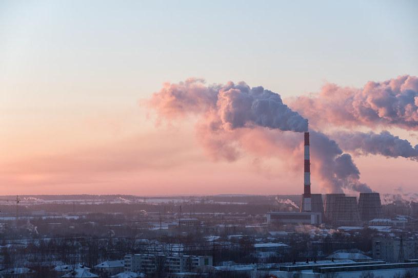 Zanieczyszczone powietrze z zewnątrz przenika do pomieszczeń wewnątrz budynków, w czasie ich wietrzenia czy też za sprawą wentylacji /123RF/PICSEL