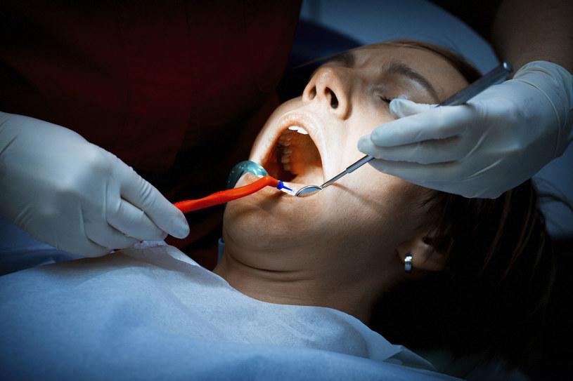 Zaniedbanie zębów może prowadzić do poważnych problemów zdrowotnych /123RF/PICSEL
